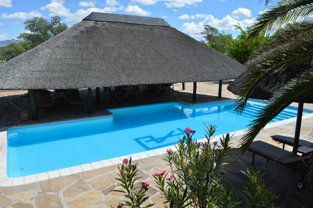 Namibia Omaruru Onduruquea Lodge Pool Iwanowskis Reisen - afrika.de