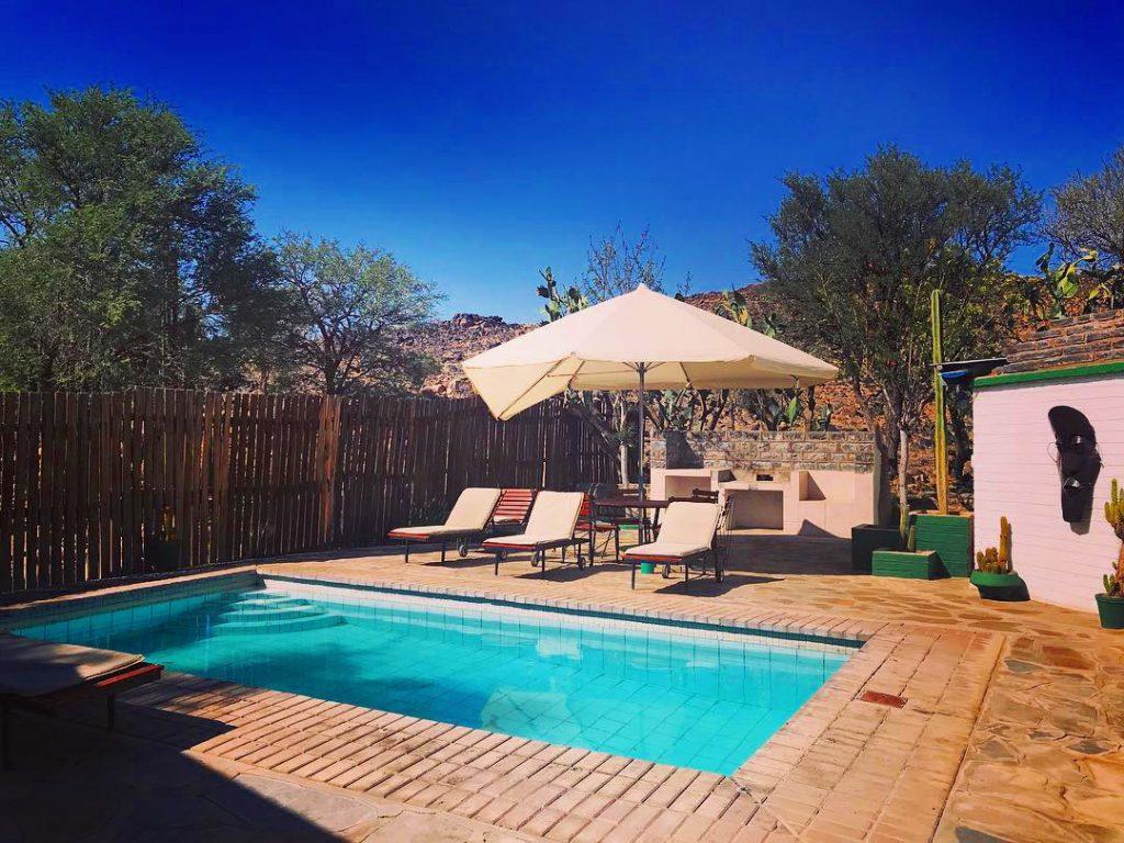 Namibia Helmeringhausen Hotel Gästefarm Pool Iwanowskis Reisen - afrika.de