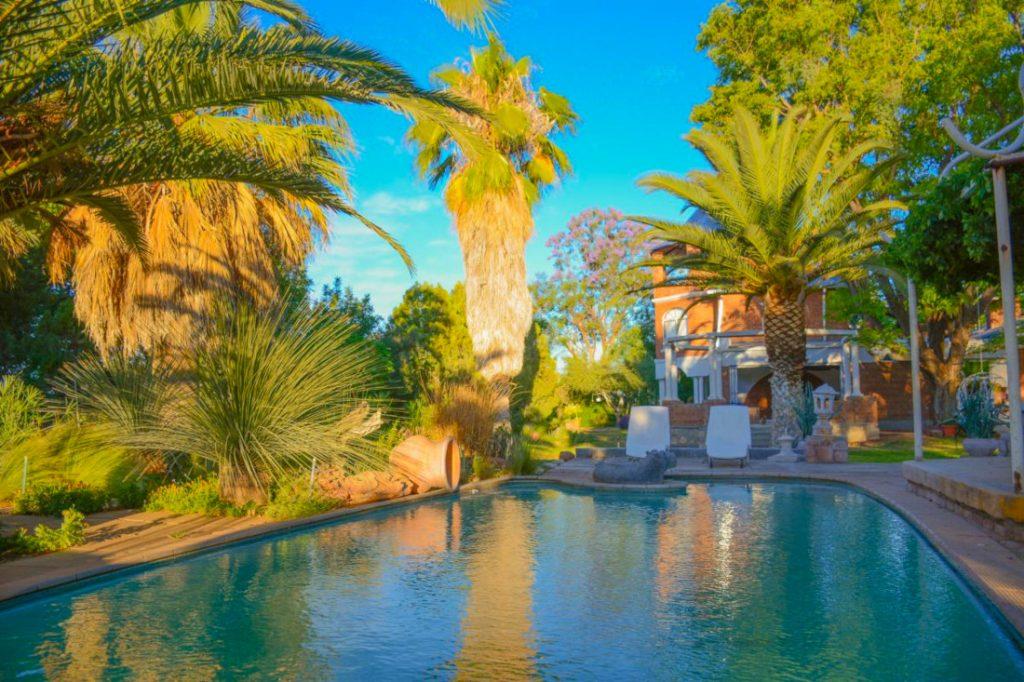 Namibia Otjiwarongo Ouhave Country Home Pool Iwanowskis Reisen - afrika.de