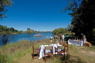 Sambia Safari Livingstone Sussi & Chuma Lodge Getränke am Fluss - afrika.de