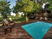 Botswana Safari Okavango Delta Little Kwara Camp Pool Deck - afrika.de